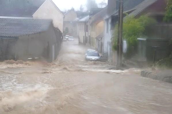 Un torrent de boue dévale le chemin de l'Angladure à Nay © Clément Jaglin