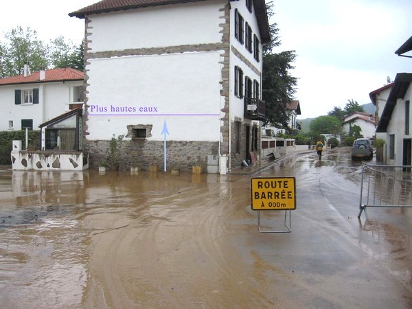 Dans les bas quartiers d'Ascain, la hauteur de l'eau atteint le premier étage de certaines maisons ! © C-PRIM 2009