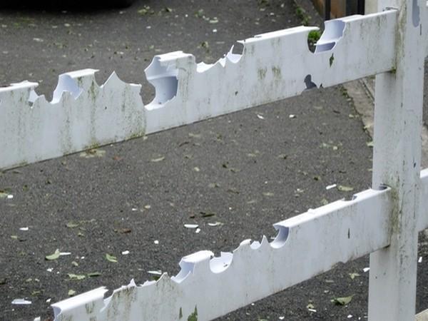 Clôture détruite sou l'impact des grêlons. © C-PRIM 2009