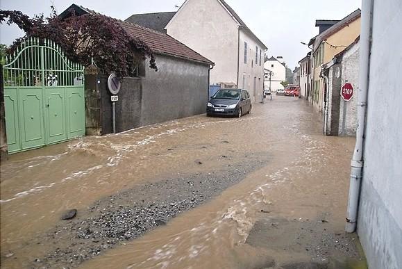 La rue Saint-Dominique sous les eaux à Nay © Clément Jaglin