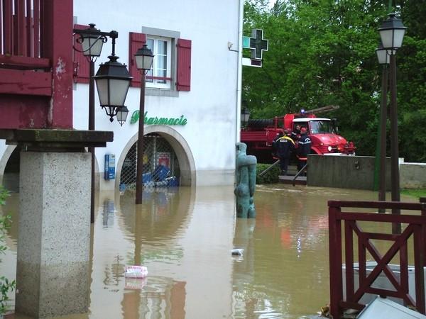 Pharmacie de Saint-Pée-sur-Nivelle sous les eaux © C-PRIM 2011