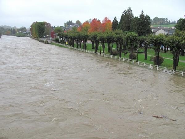 Le Gave de Pau à Nay. Il commence à déborder en rive gauche sur le jardin public. © c-prim 2011