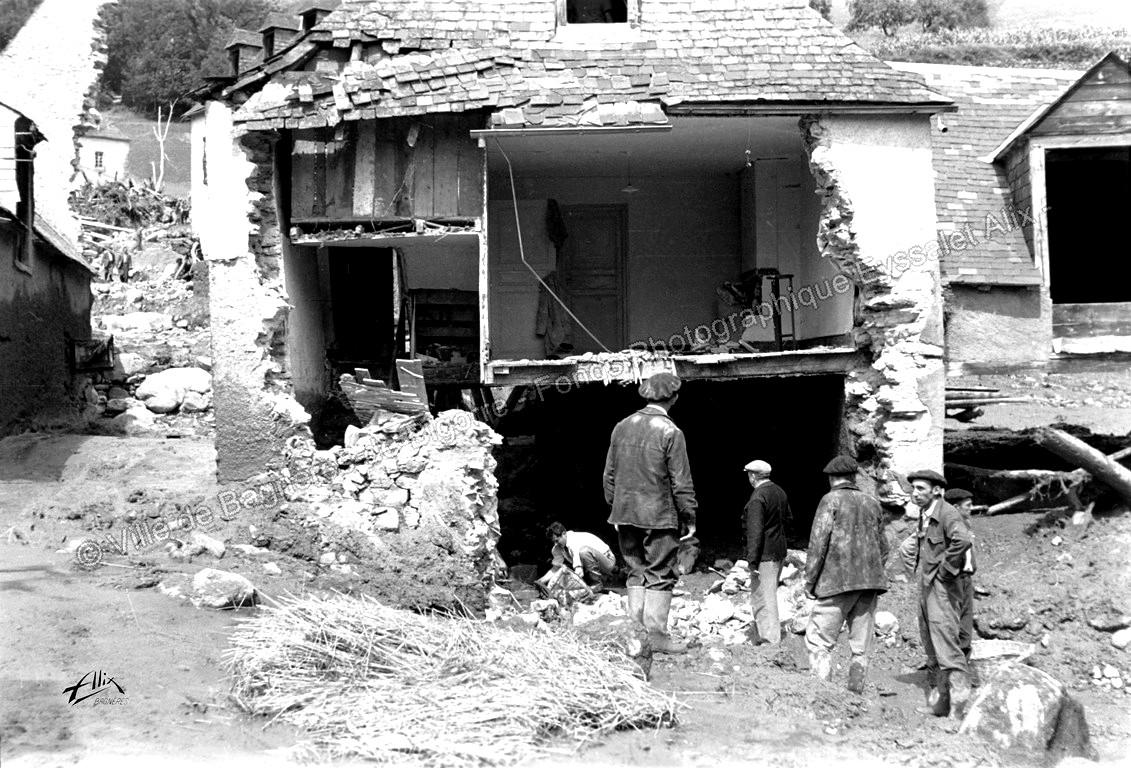 De nombreuses habitations ont vu leurs murs éventrés. © Fonds photographique Eyssalet Alix