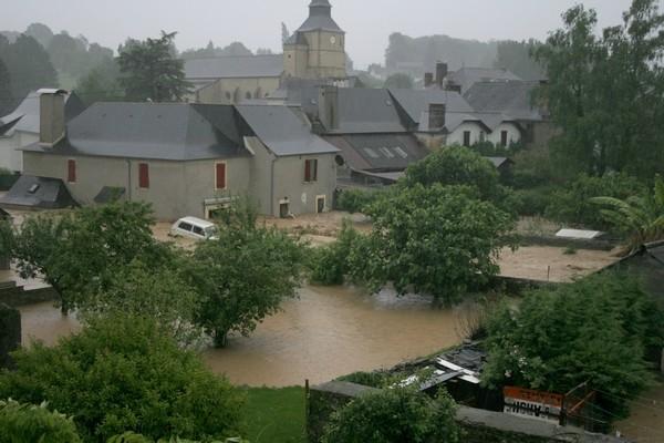 Le niveau de l'Arrec augmente dangereusement et emporte une seconde voiture © Association Bien Vivre à Bruges