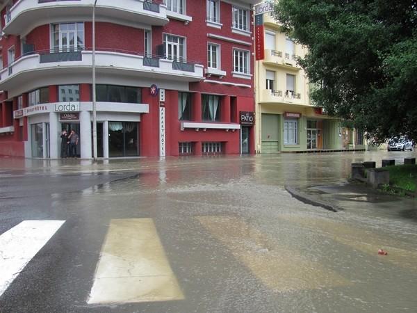 Vers 15 heures, la situation devient préoccupante à Lourdes. Les premiers débordements sont constatés avenue Paradis. © C-PRIM 2013