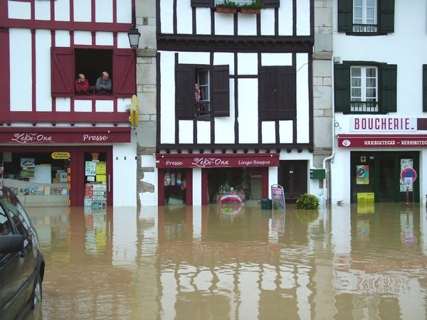Commerce de Saint-Pée-sur-Nivelle sous les eaux © C-PRIM 2011