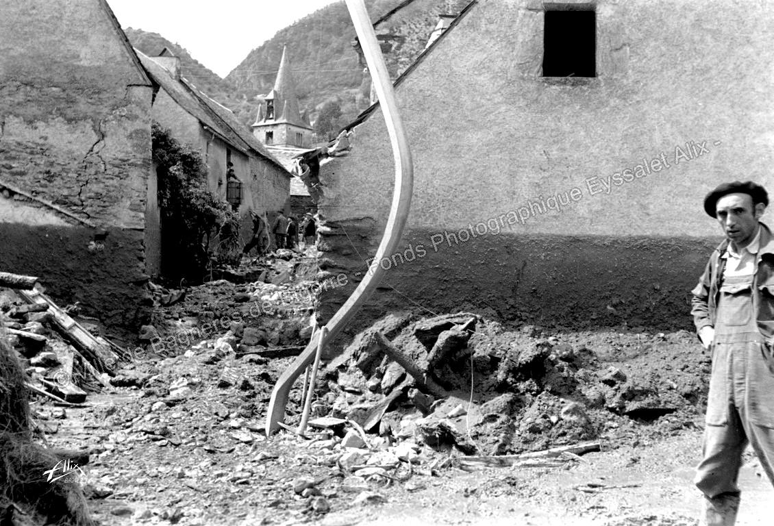 Le pylone n'a pas résisté. Sans doute l'impact d'un énorme bloc transporté par la force du torrent. © Fonds photographique Eyssalet Alix