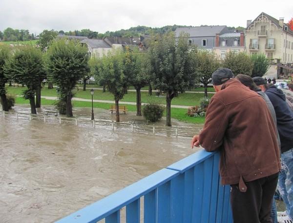 Nay. Le Gave de Pau déborde sur le jardin public. © C-PRIM 2012