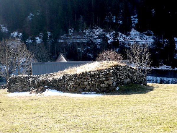 Granges de Piets Derats au-dessus de Barèges. Fort en forme d'étrave en amont de la grange. © C-PRIM