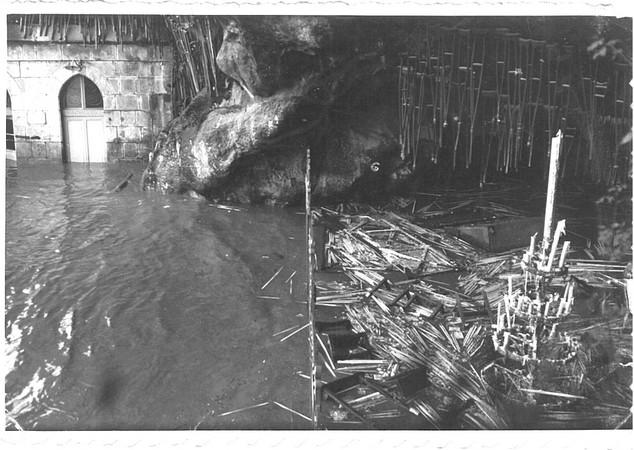 27 octobre 1937. Le gave s'est invité dans les parties basses du Sanctuaire. La grotte Massabielle est sous les eaux.  © M.CREPIN