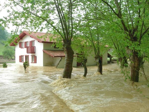 Maison encerclée par les eaux. © C-PRIM 2010