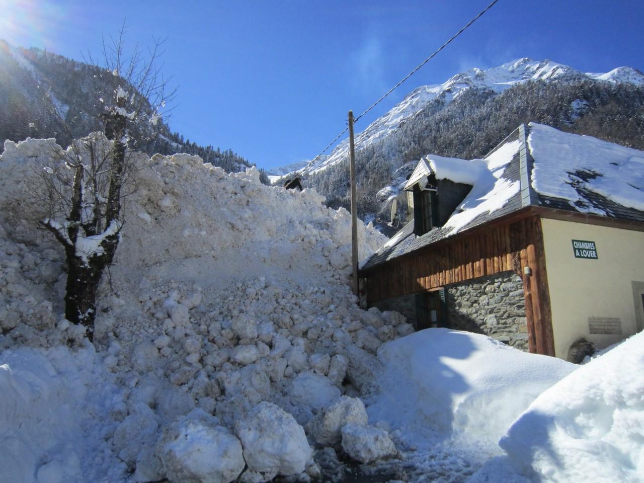 L'avalanche a stoppé sa course contre l'auberge © Mairie de Luchon
