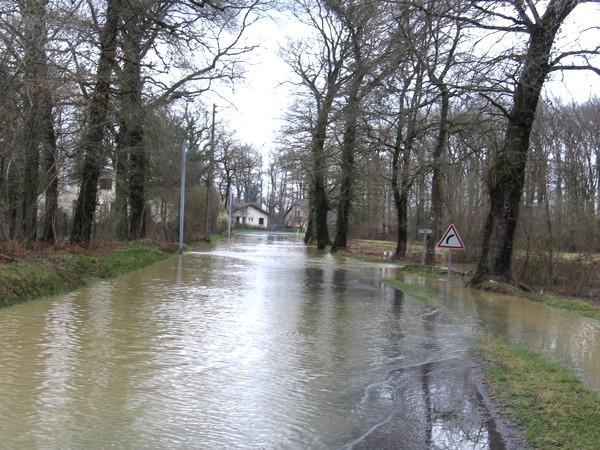 Route départementale 32 envahie par les eaux de la Bayse entre Noguères et Lahourcade. © cprim 2011