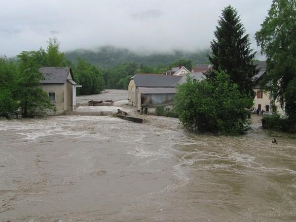 En fin d'après-midi, la montée des eaux continue. Le Gave de Pau est particulièrement menaçant à Saint-Pé-de-Bigorre. © C-PRIM 2013