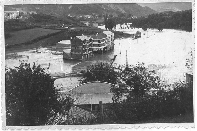 27 octobre 1937. Les bas quartiers de Lourdes sont sous les eaux. Plusieurs hôtels sont inondés ainsi qu'un garage de l'avenue Paradis.  © M.CREPIN