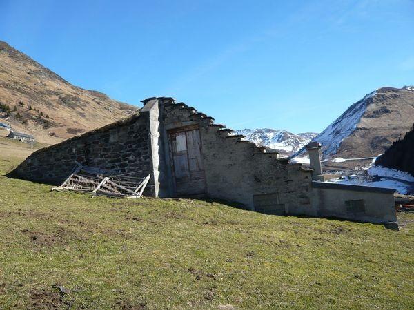 Granges de Piets Derats au-dessus de Barèges. Alat avec le toit dans le sens de la pente. © C-PRIM