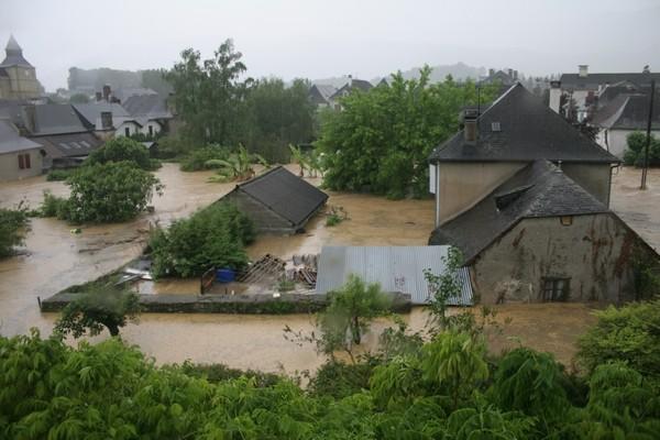 Le niveau de l'eau monte très rapidement et atteint le premier étage de certaines habitations ! ©  Association Bien Vivre à Bruges