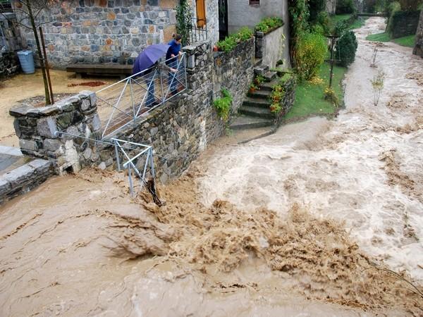 Le torrent de l'Arricq est déchainé dans la traversée du village d'Osse-en-Aspe © Eric Corno