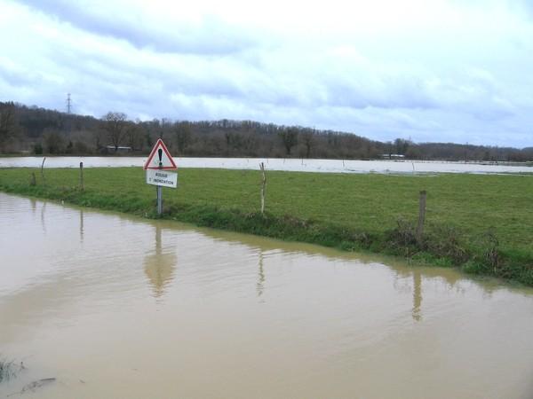 Route inondée à la sortie du village d'Abos. © cprim 2011
