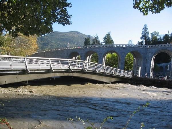 29 octobre 2005. Plus en aval, la crue du Gave de Pau perd en intensité. Le débit reste impressionnant, mais le gave n'a pas débordé dans la traversée de Lourdes. © F. DUPLAN