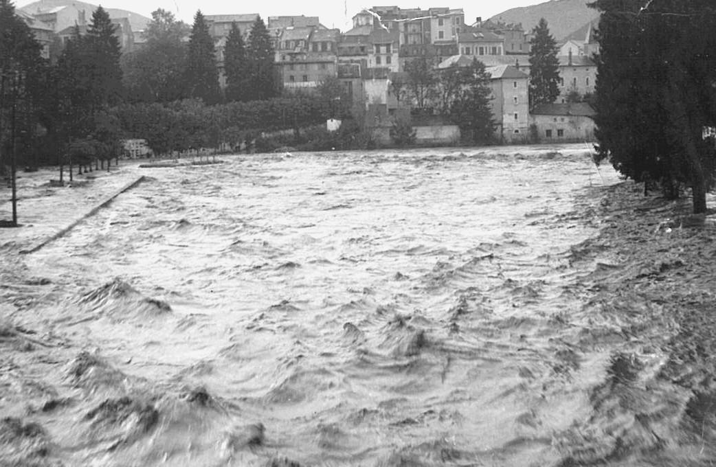 Photo prise du pont Saint-Michel. Le quai Saint-Jean est submergé par les eaux tumultueuses du Gave de Pau. © M.CREPIN