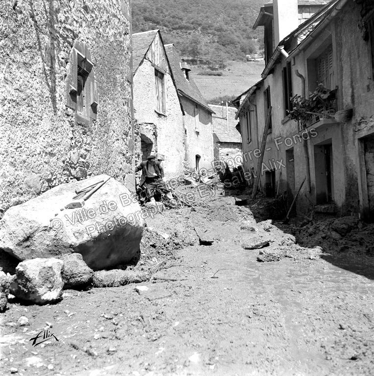 Un bloc et de la boue dans l'une des rues du village. © Fonds photographique Eyssalet Alix