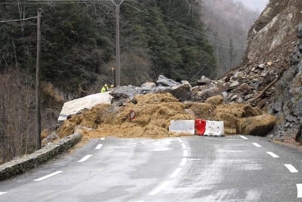 Route nationale coupée entre Cette-Eygun et Etsaut. Photo prise en direction de Cette-Eygun © Gilles Daid