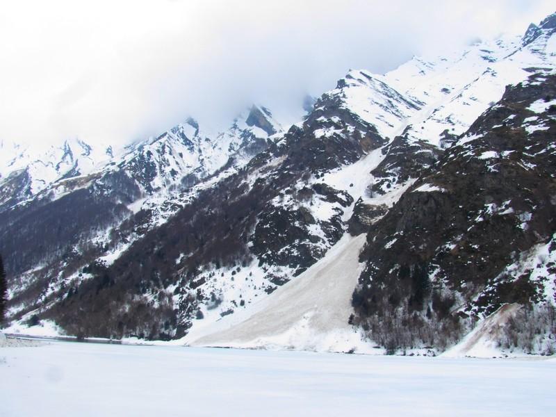 Cône parfait d'une avalanche ayant fini sa cours dans le lac d'Estaing. Photo prise le 18 février. © C-PRIM 2013