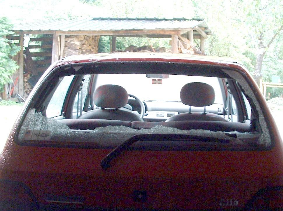De très nombreuses voitures ont vu leurs pare-brises exploser sous l'impact des grêlons © C-PRIM
