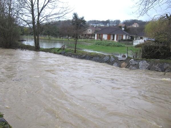 L'Ousse en crue reste menaçante dans certains quartiers d'Idron. © cprim 2011