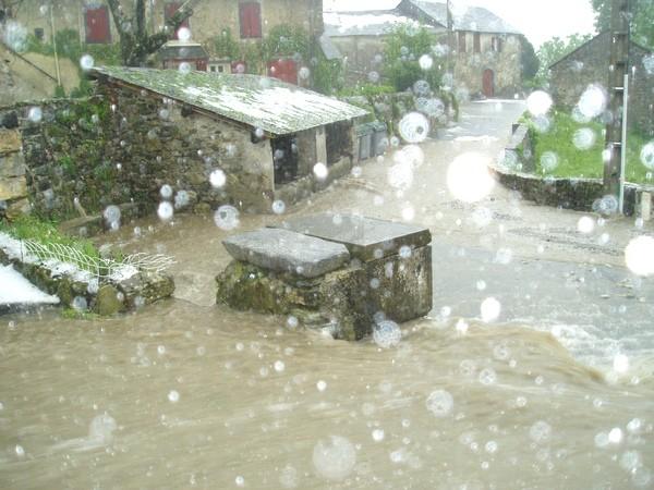 Torrents d'eau dans les rues de Bilhères en Ossau © Service de Restauration des Terrains en Montagne (RTM Tarbes)