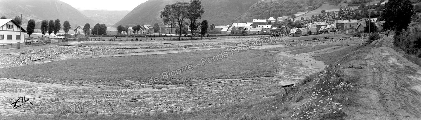 Vue panoramique prise en contrebas du village d'Ancizan après la catastrophe © Fonds photographique Eyssalet Alix