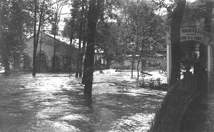 27 octobre 1937. Le gave s'est invité dans les parties basses du Sanctuaire de Lourdes.  © M.CREPIN