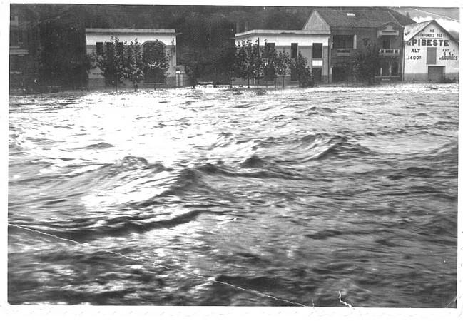 27 octobre 1937. Photo prise de l'esplanade du Paradis. Le gave déborde et menace les immeubles de la rive gauche. © M.CREPIN