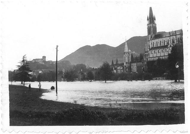 27 octobre 1937. A l'aval du Sanctuaire, le Gave de Pau déborde largement. On ne reconnaît plus le lit du gave. © M.CREPIN