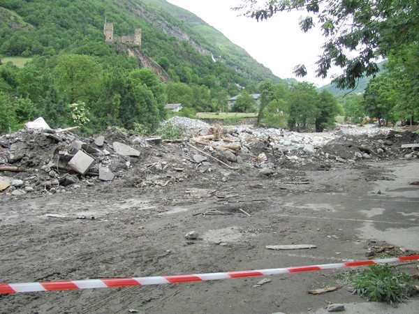 Les 2 parkings de la place du 8 mai sont détruits dans le centre de Luz-Saint-Sauveur. © C-PRIM 2013