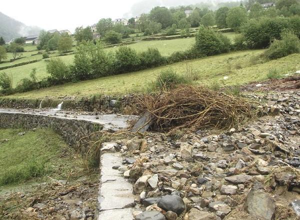 Dépôts de matériaux après la crue sur une route de Bilhères. © Nathalie Magrou