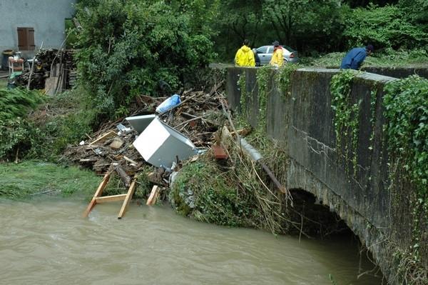 Une multitude de déchets ont été emportés par les eaux tumultueuses du Neez © Mairie de Rébénacq