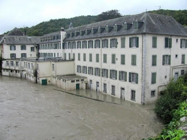 Lestelle-Bétharam. Forte montée des eaux du gave qui menace le collège . © C-PRIM 2012