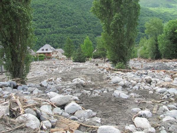 Le Torrent du Bastan a charrié des volumes considérables de terre et de blocs. © C-PRIM 2013