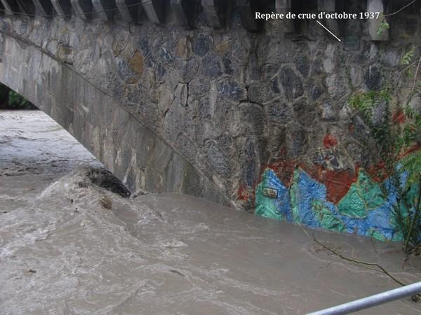Saint-Pé-de-Bigorre. Montée importante du gave au pont de Rieulhes. Mais il reste très en deçà de la crue historique d'octobre 1937.© C-PRIM 2012