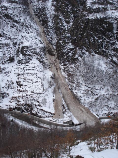 Le 28 février, des matériaux (neige/boue) s'écoulent le long des pentes du Carroutch dans l'Ariège. © DDT 09