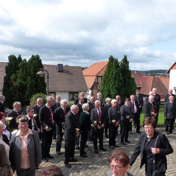 Bläsergruppe vor der Kirche