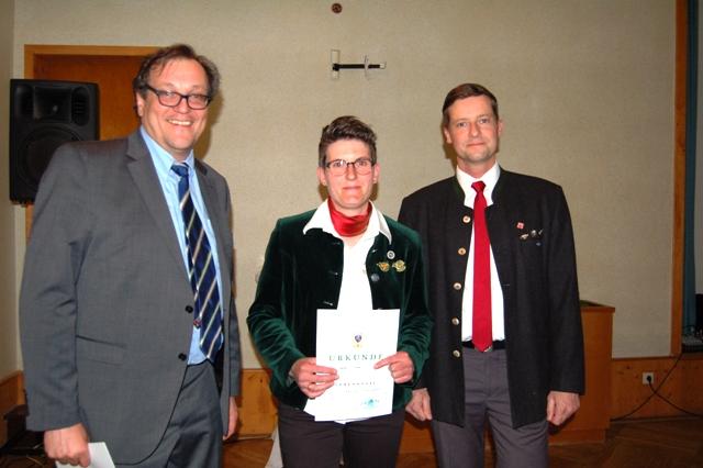 Kathrin Holler erhält ihre Ehrenurkunde für 5 Jahre Mitgliedschaft im Bläserkorps von Andreas Geiser und Ulrich Goetjes.