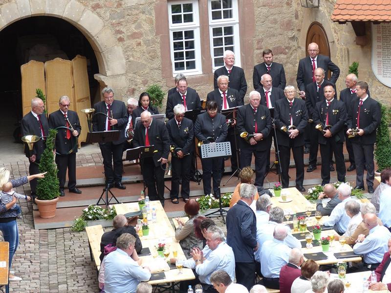 Im Innenhof des Schlosses Spangenberg mit aufmerksamen Zuhörern