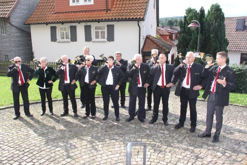 Bläsergruppe vor der Bauernbarockkirche zu Ronshausen