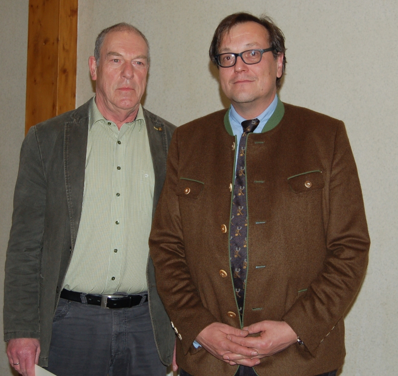 Gerhard Becker erhält die Verdienstnadel in Silber.