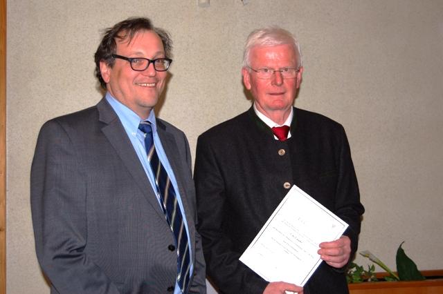Vorsitzender Goetjes ernennt Udo Lippke zum Ehrenmitglied.