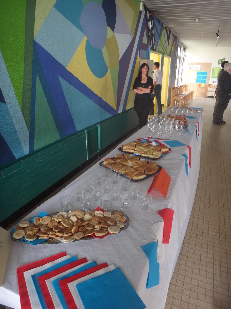 Après la remise des prix, dégustation d'un cocktail à base de sirop de coquelicot, les gâteaux Anzac et le gâteau du poilu, pour rester dans l'ambiance!!