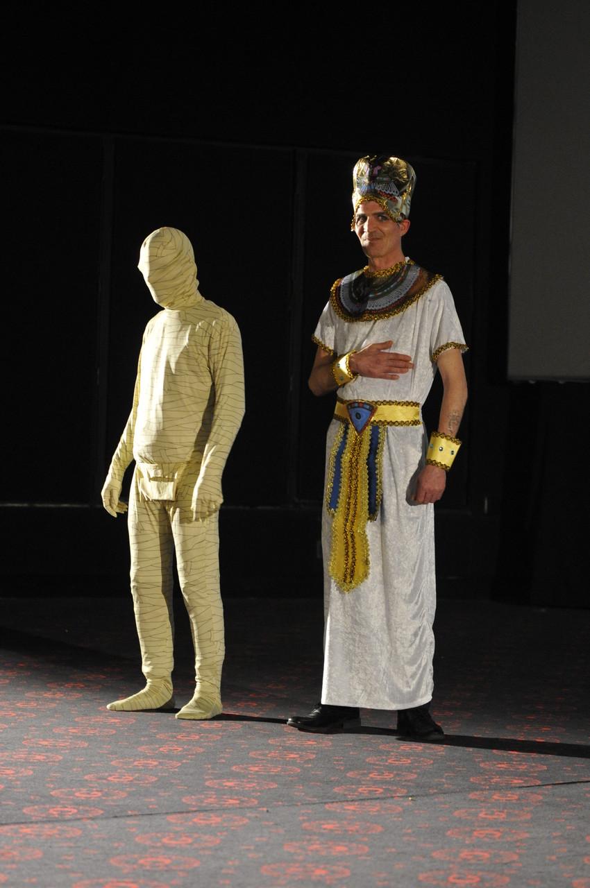 Pharaon et momie arrivent sur scène